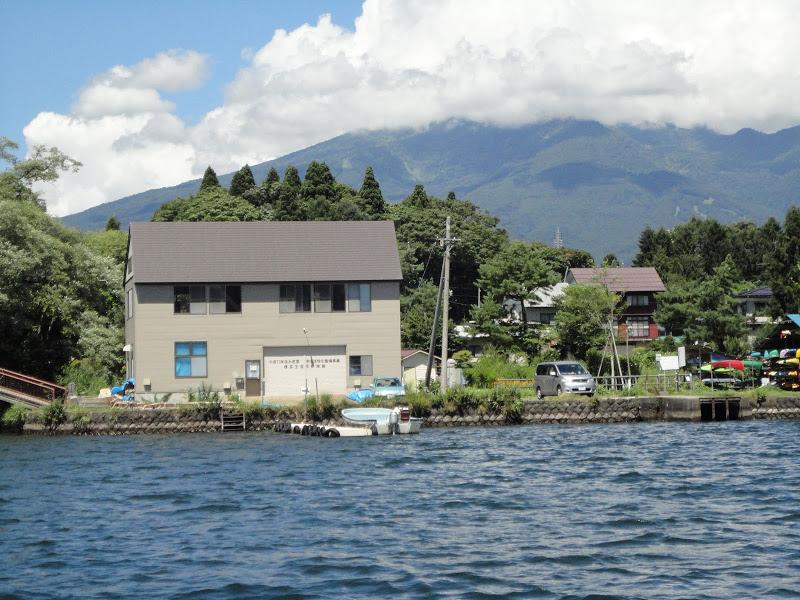 湖畔の漁協事務所